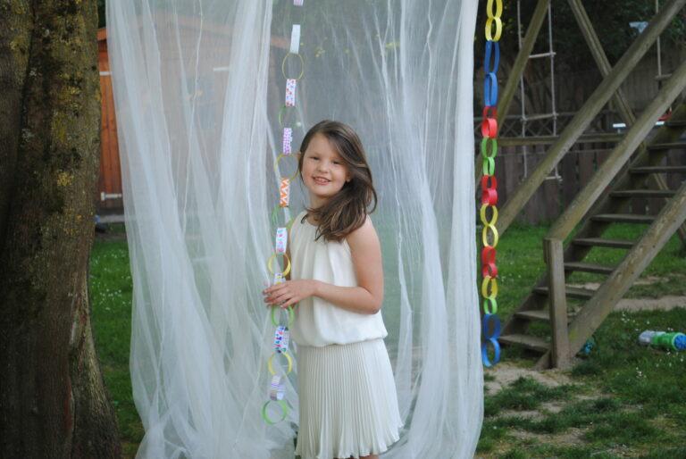 Kinderen vieren hun lentefeest en feest vrijzinnige jeugd in hun kot